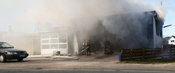 Sæby Autoværksted på Gl. Aalborgvej står i flammer