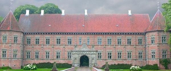 Voergaard Slot får ny brolægning