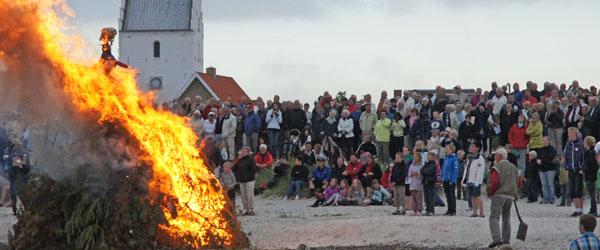 Sct. Hans og nedspilning af flaget på Sæby Havn