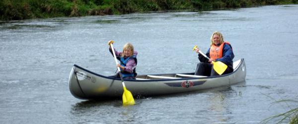 Oplev Voer Å fra vandsiden på en kanotur
