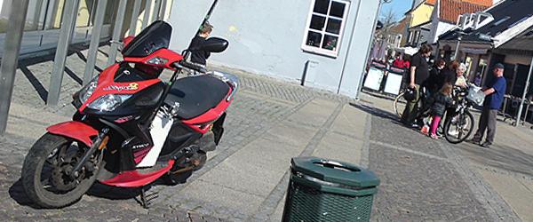 Ældre dame påkørt af scooter i gågaden i Sæby
