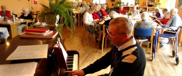 Eftermiddagshygge med klaverspil og kaffetår