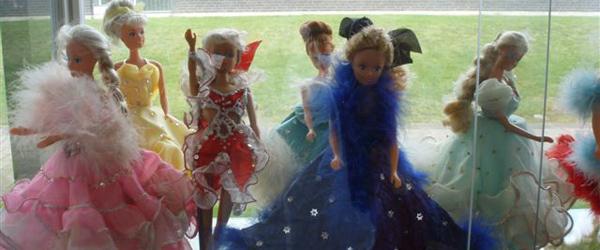 Barbie i fantastiske kjoler på Sæby Bibliotek