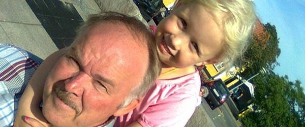 Smilet fra barnebarnet, der tager bedstefar i hånden…