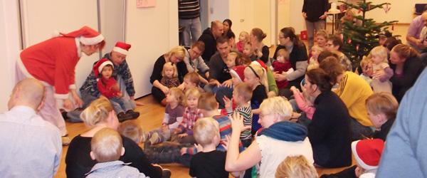 Juletræsfest i dagplejen i Sæby – trods det dårlige vejr