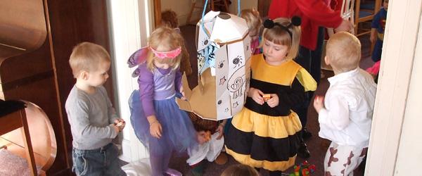 Udklædte børn til fastelavnsfest i legestuen