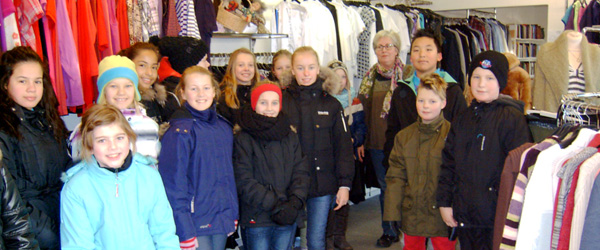 Elever fra Sæby Skole på besøg i Blå Kors