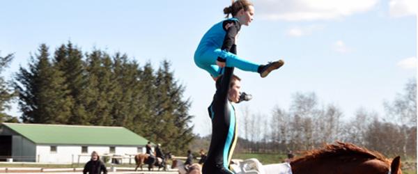 Luftakrobatik til hest hos Skæve Rideklub
