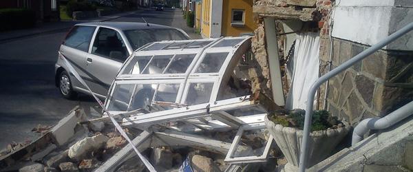 Hus kraftigt skadet af sammenstød med bil