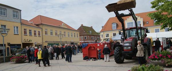 Landlig stemning på Sæby Torv lørdag formiddag