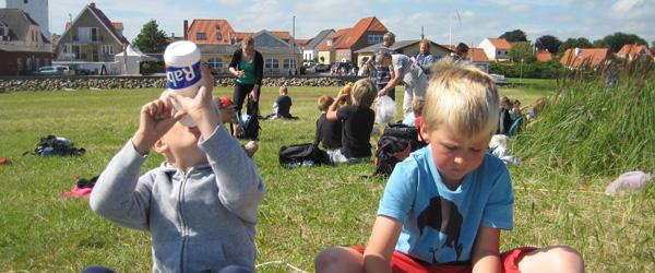 Skoleudflugt til Klostergydens Fisk i høj sol
