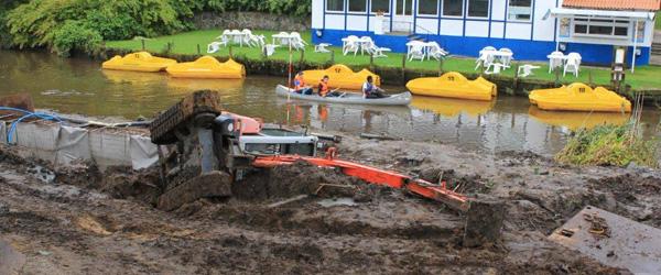 Gravemaskine væltede i åen i Voerså