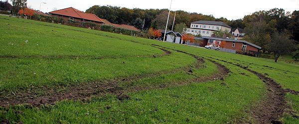 Græsplænen ved Kildeparken pløjet op
