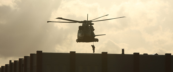 Elitesoldater landsættes med helikopter på Sæby Havn