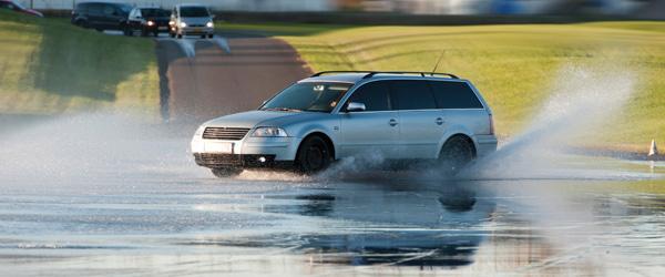 Biler i masseudskridning på våd vejbane