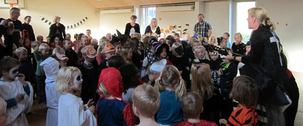 Græskar, pædagoger og udklædte børn til fest