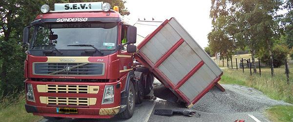 Kringelhedevej spærret af havareret lastbil