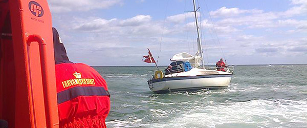 Polsk sejlbåd med 12 personer i nød
