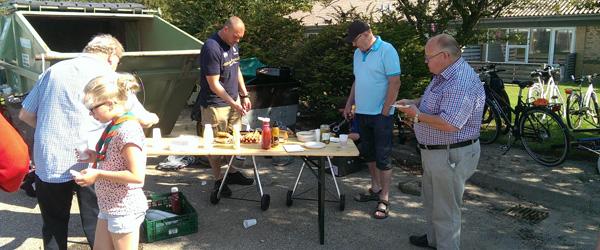 Grillfest hos spejderne ved lørdagens avisindsamling