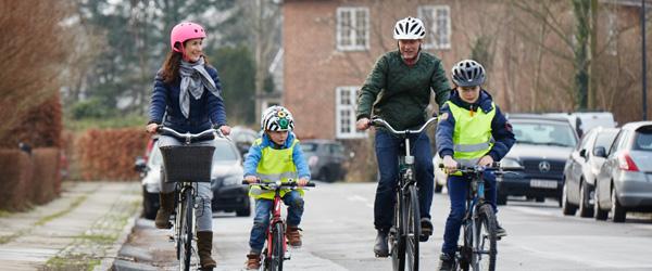 Flere forældre spænder cykelhjelmen