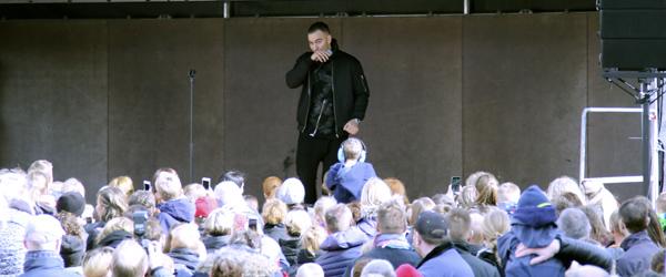 Folkevandring til koncert på Sæby Torv