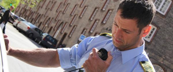 Politiet kontrollerer sikkerheds-seler og mobiltelefoner