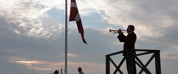 Flaget spilles ned på havnen<br> i Sæby første gang 23. juni
