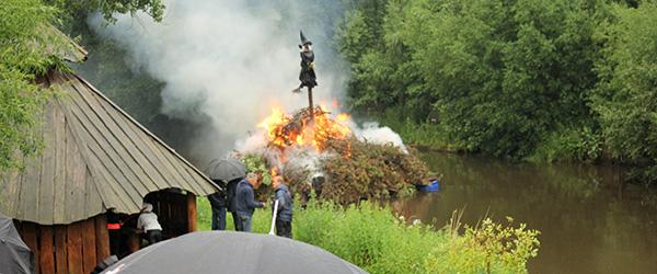 Våd Skt. Hans ved åen i Voerså<br>…