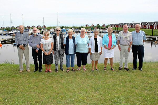 Navnet i parentes er fødenavn. Fra venstre ses Gert Jensen, Vagn Urth, Bodil Bering (Christensen), Kirsten Mellergård (Albæk), Poula Nielsen (Jørgensen), Edel Albrecht (Jensen), Sonja Jespersen (Pedersen), Birthe Sølvbeck (Pedersen), Kjeld Olsen og Frands Erik Christensen.