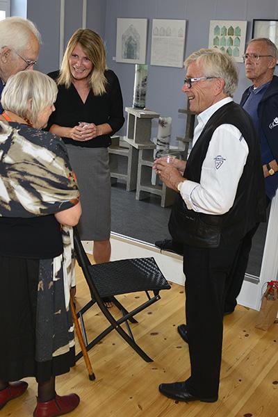 Borgmester Birgit Hansen og Sæbykunstnernes formand Finn Jakobsen taler med udstillingsgæster copy