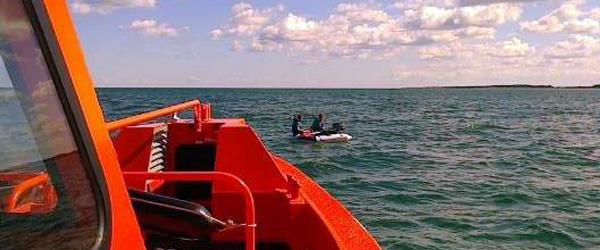 To drenge i en gummibåd drev til havs