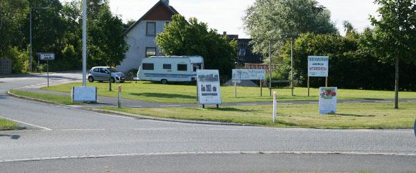 Slut med skilteskov ved indkørslen til Sæby