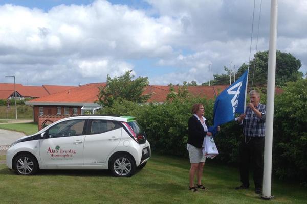 Susanne og Brian hjalp hinanden med at skifte flag.