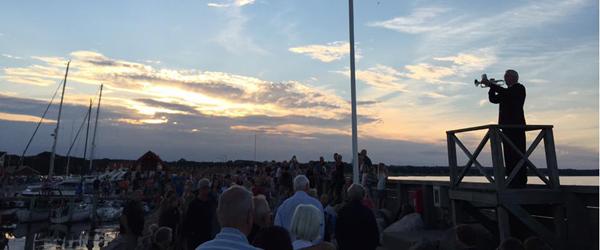 Det er fantastisk at lytte til<br> solnedgang på Sæby Havn
