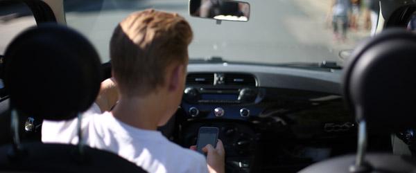 Det laver danskerne bag rattet – og så farligt er det!
