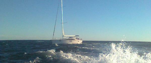 Båd med knækket ror var strandet ved Stensnæs