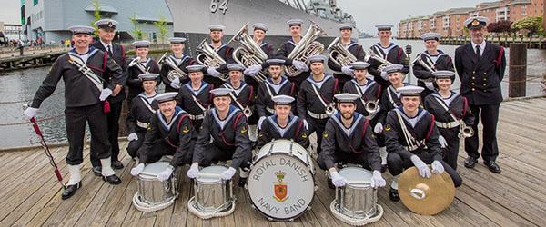 Sæbygarden får besøg af Søværnets Tambourkorps