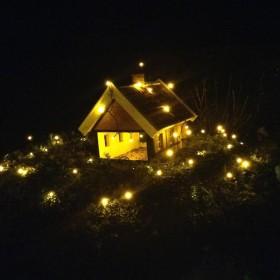 Fuglefoderhus i julebelysning fra Bjarne Hansen i Sæby