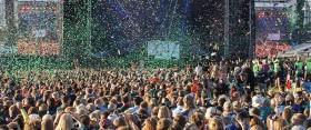 Spejderne skyder konfetti op i luften ved starten af det store åbningslejrbål på Spejdernes Lejr 2017. Foto: Jakob Skipper,