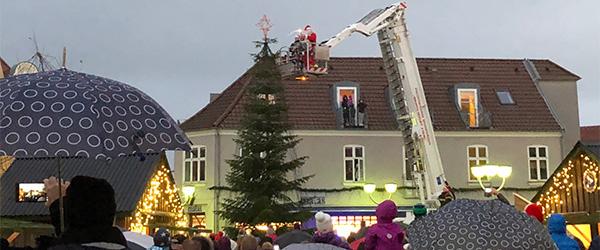 Julebelysningen blev tændt under kyndig vejledning