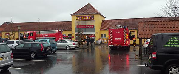 Fastklemt bager og brand i fodermaskine i Hørby