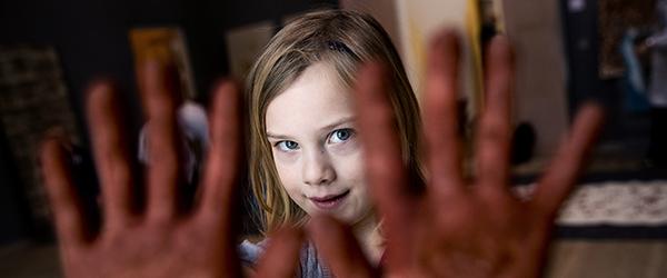 Elever på Hørby/Dybvad Skole eksperimenterer med ler