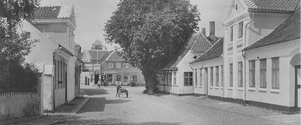 Algade med Clasens Hotel til højre, som danner rammen om Sommerglæder kopier