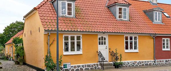 Fint byhus med allerbedste beliggenhed nær havn og strand