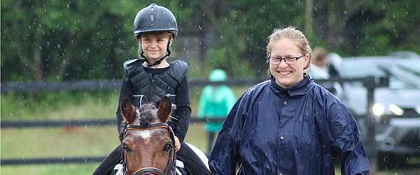 Horsmark Rideklub afviklede stævne trods dårligt vejr