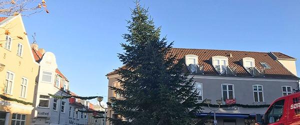 Juletræet på Sæby Torv har fået slagside