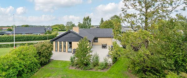 Home præsenterer – Flot renoveret vinkelvilla i Sæby med ugeneret have