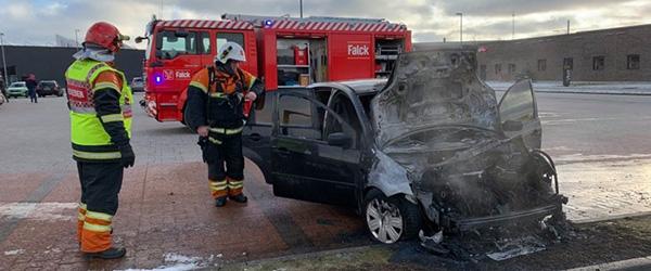 Bilbrand på parkeringsplads i Sæby