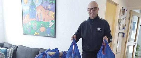 Købmand donerer vinterferieposer til familier i Barnets Blå Hus