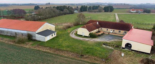 Nybolig Sæby: Flot ejendom med stor ridehal og 2,7 ha jord